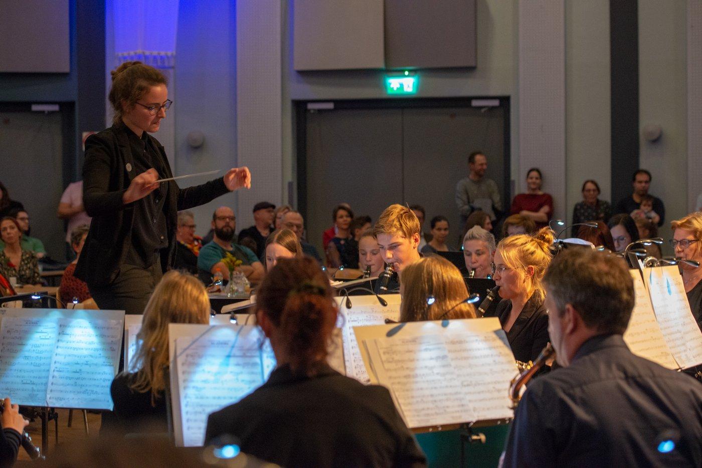 Harmonie de Vriendenkrans: jeugdharmonie o.l.v. Jenny Leerschool bij het wervingsconcert 'Een muziekfantasie' in oktober 2019